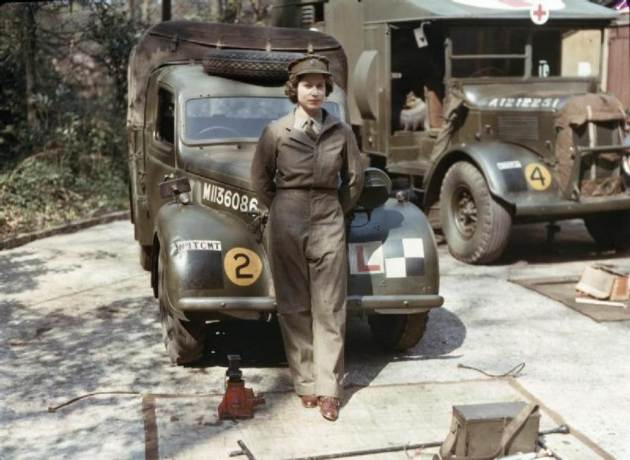 queen-elizabeth-world-war-2-mechanic-1945